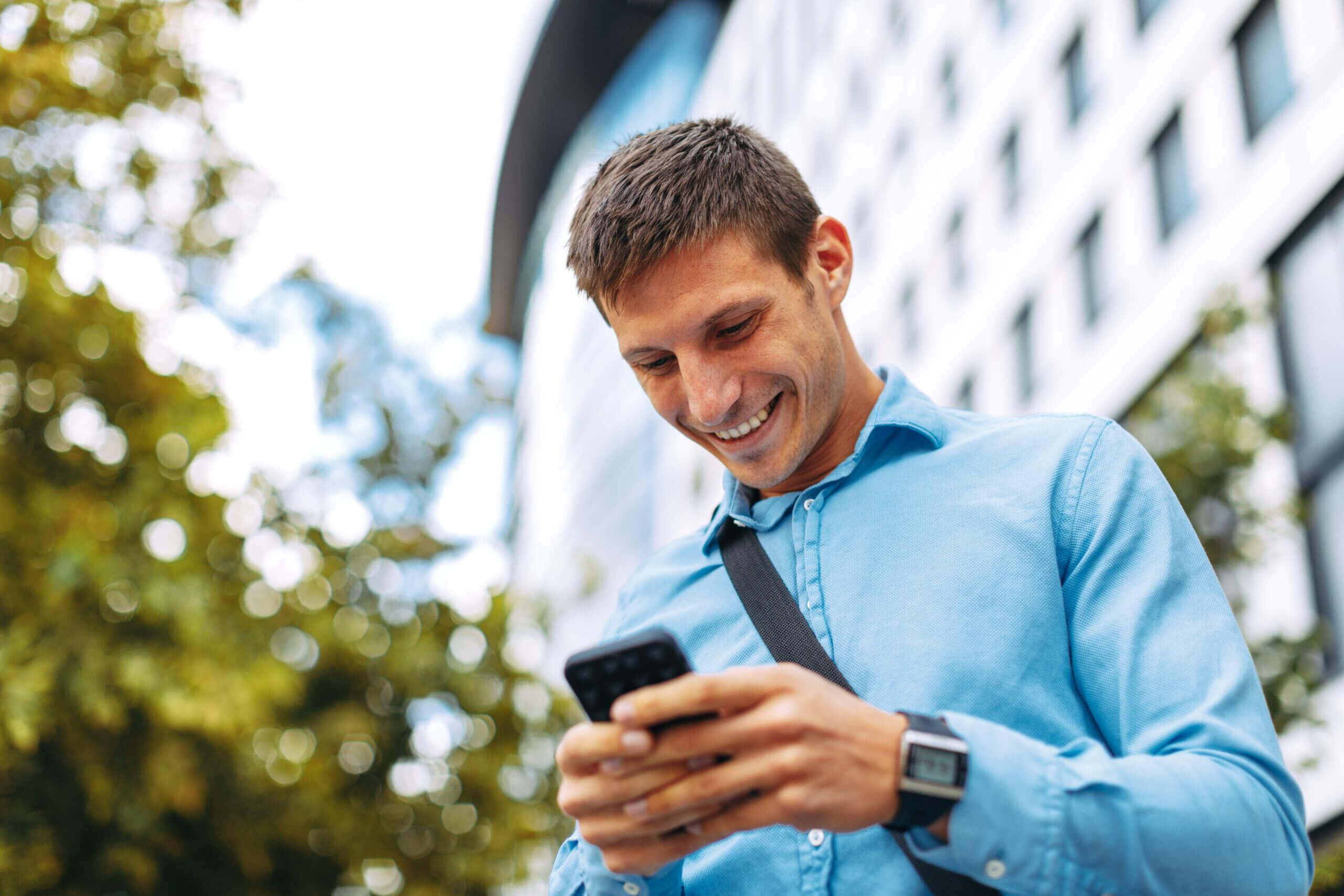 Právník s advokátním softwarem Evolio v mobilu